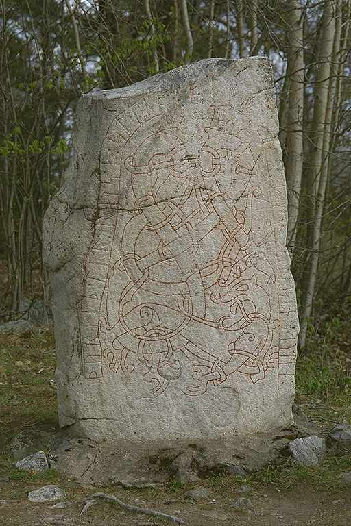 Runes written on runsten, ljusgrå granit. Date: V